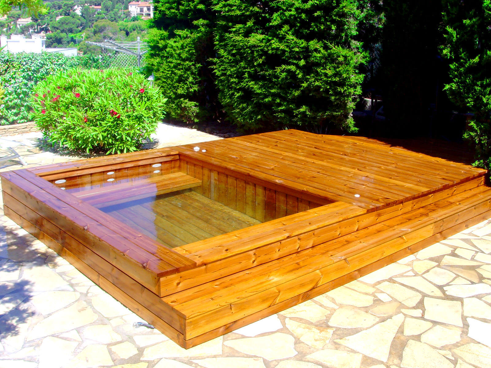 Fabricant piscine et jacuzzi spa sur mesure 100 bois for Piscine semi rigide rectangulaire