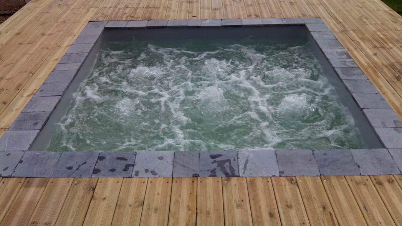 Quipements de confort et loisir dans une piscine en bois for Bain a remous exterieur