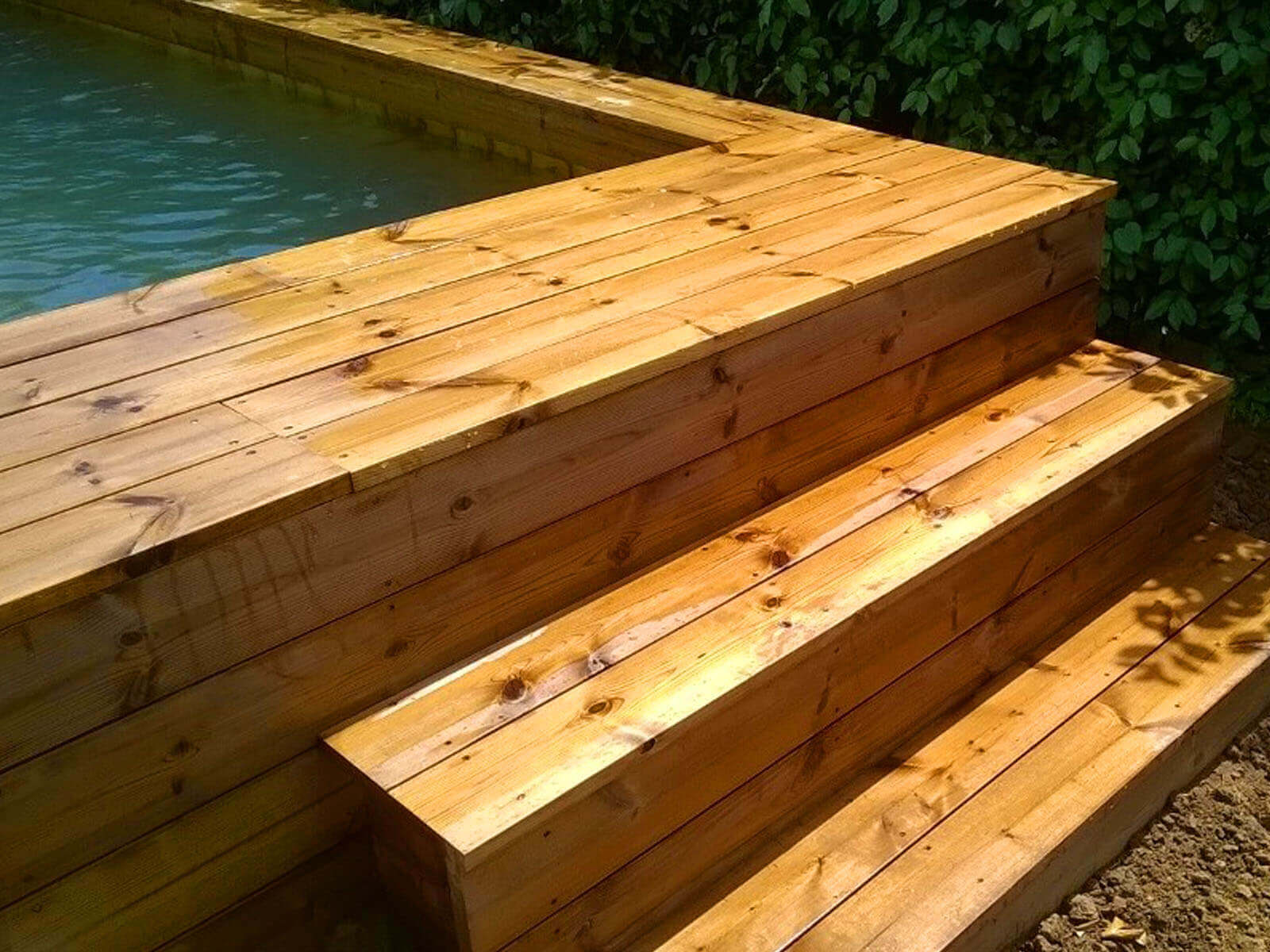 Photos de poses de piscines semi enterr es en bois par odyssea for Piscine hors sol 5x3 bois